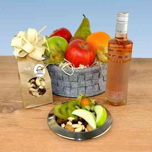 Prickelnder Bree Rose dazu knackiges Studentenfutter das alles in einem dekorativen Obstkorb