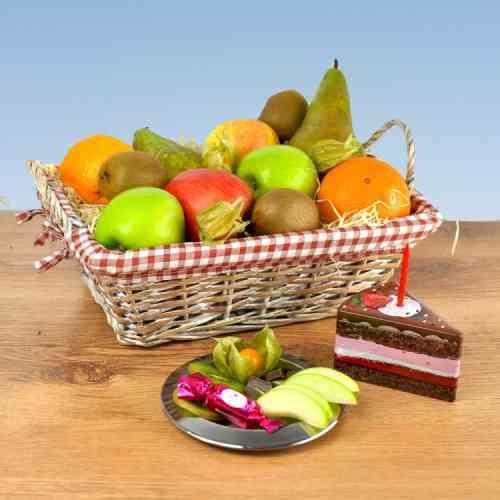 Prall gefüllter Obst Geschenkkorb mit dem kleiner Geburtstagstorte Jetzt verschenken