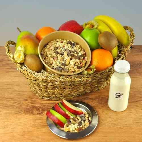 Ein Obstkorb von Obstline mit Müsli und Milch - so fängt der Tag gut an