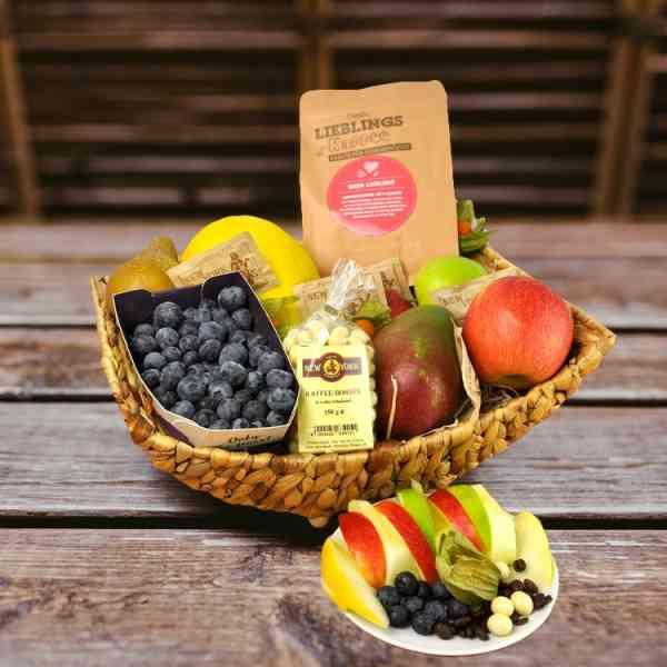 Ein Präsentkorb voller frischer Früchte und aromatischen Lieblings-Kaffee, da dürfen die weißen Kaffeebohnen nicht fehlen